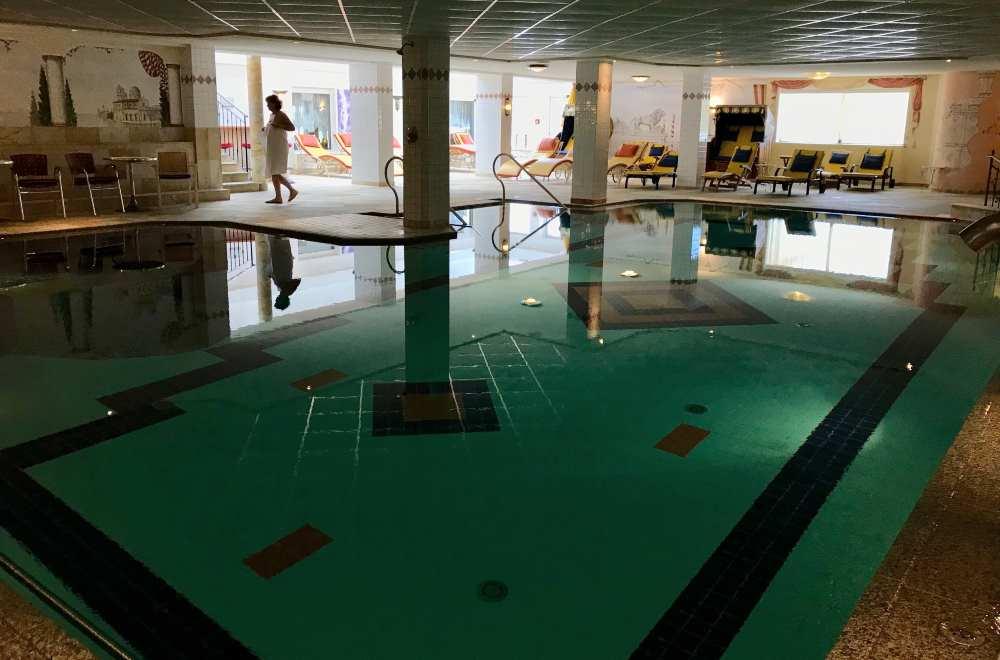 Hier könnt ihr sportlich eure Runden im Wasser schwimmen. Daneben findet ihr ein warmes Sprudelbad.
