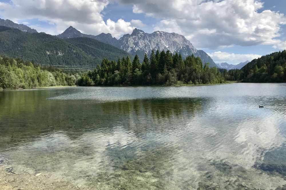10 x See - das ist die Alpenwelt Karwendel: Hier der glasklare Bergsee mit dem Karwendel. Gefällt es dir? - dann lies hier weiter.