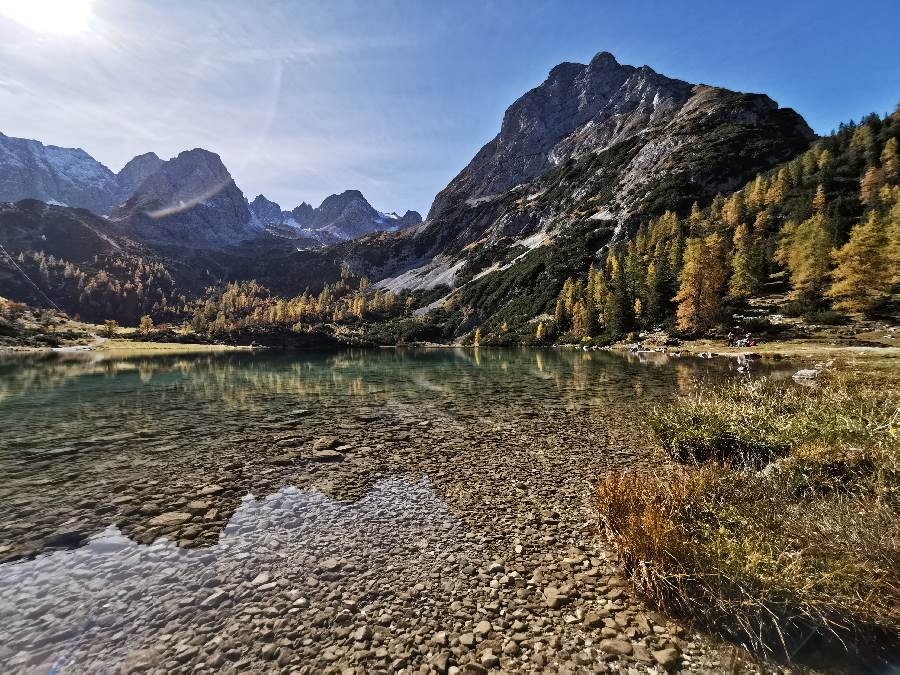 Türkisgrünes Wasser trifft Herbstfarben: Der Seebensee