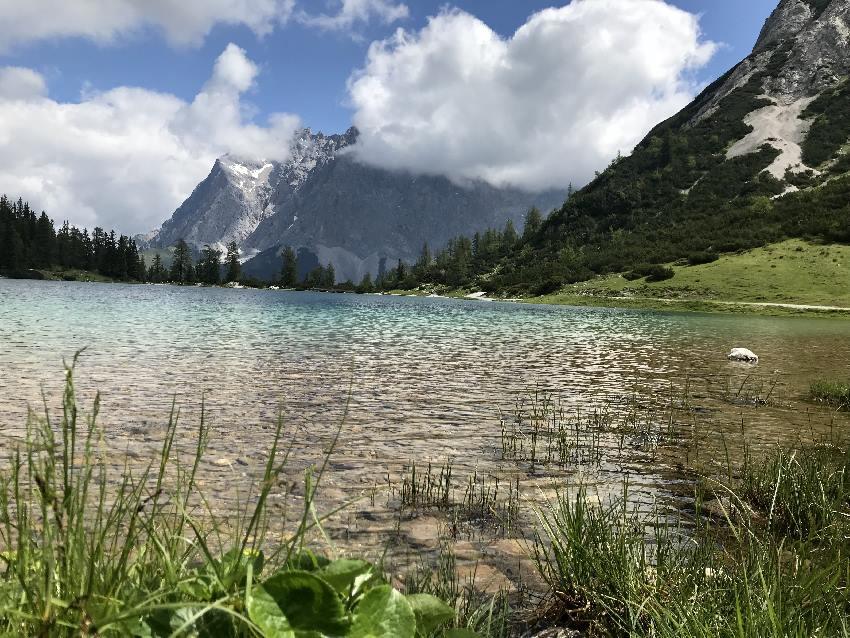Seebensee Tirol - mit dem Blick auf die Zugspitze, von Wolken eingehüllt