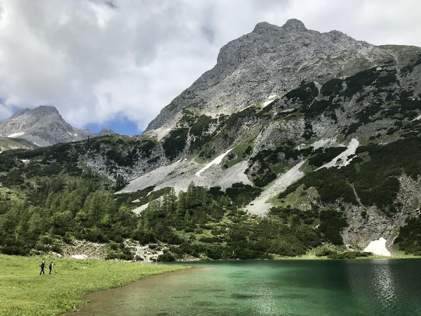 Seebensee Wanderung - schau mal wie klein die Menschen gegenüber den Bergen sind!
