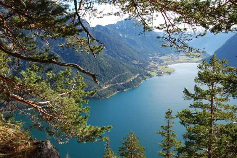 Der Achensee Blick beim Bergwandern auf die Seebergspitze im Karwendel