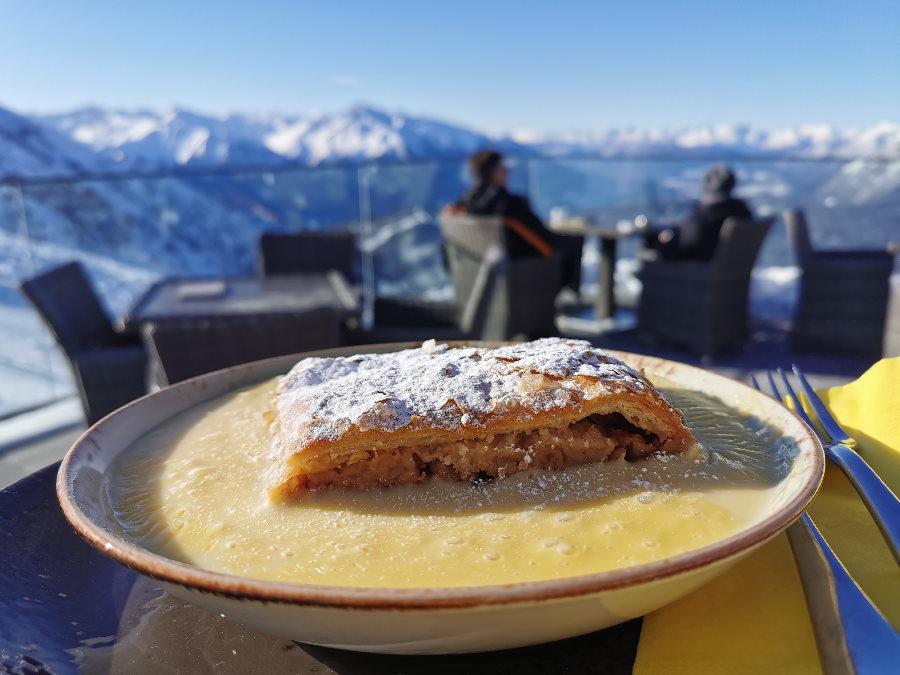 Einen Apfelstrudel im Cafe 2064 essen, sonnen und auf die Berge schauen