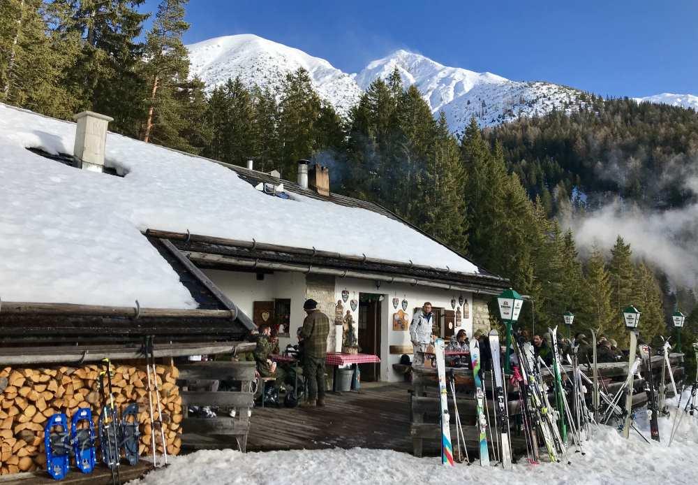 Die Hütte wird überragt von der eindrucksvollen Reither Spitze und dem Karwendelgebirge