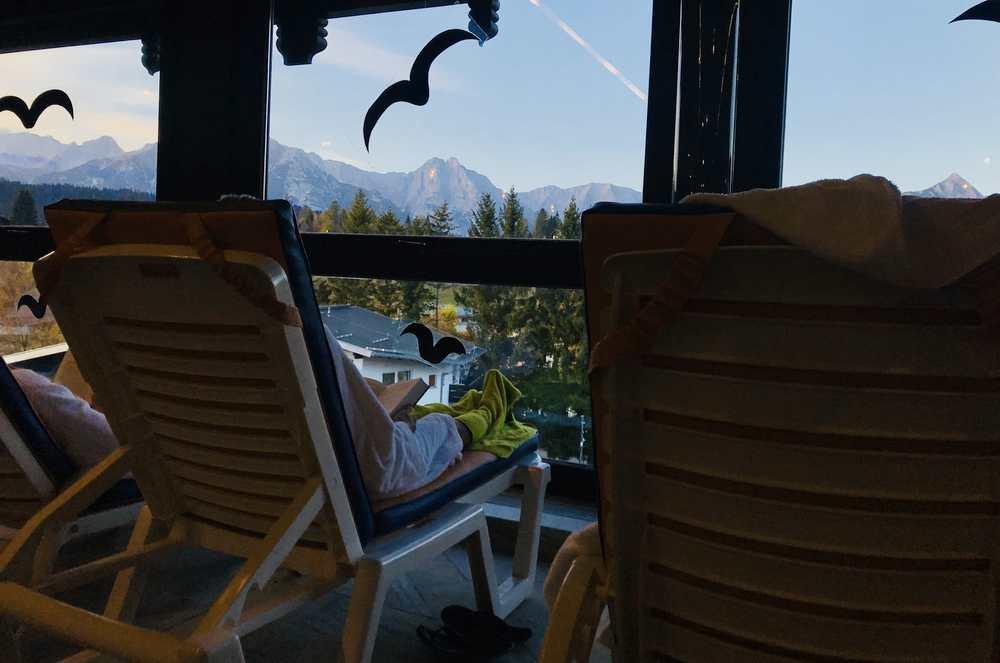 Von den Liegen im Schwimmbad reicht der Blick in das Wettersteingebirge