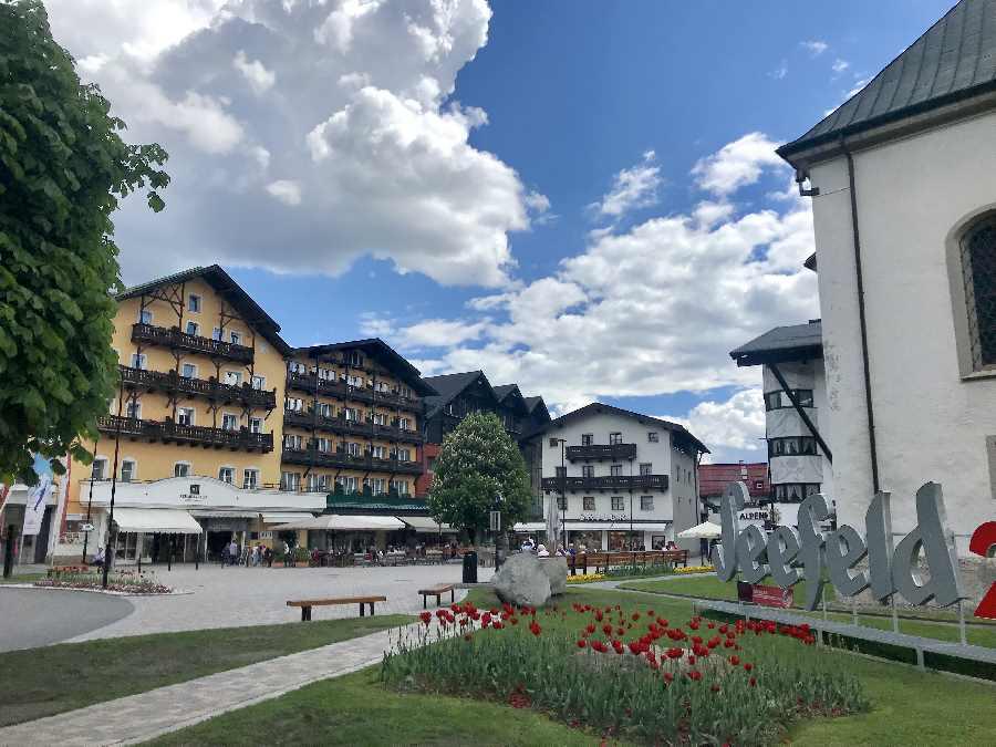 Die Seefeld Sehenswürdigkeiten - hier der Dorfplatz mit der Fußgängerzone