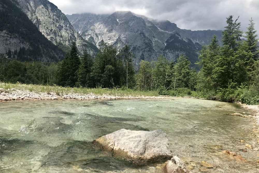 Und das ist die türkisgrüne Leutascher Ache im Sommer