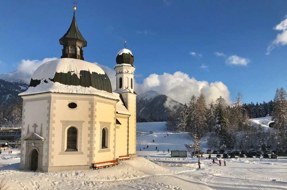 Seefeld Winter: Das Seekirchl. Hier starten die Langlaufloipen, nebenan ist der Gschandtkopf mit Skilift