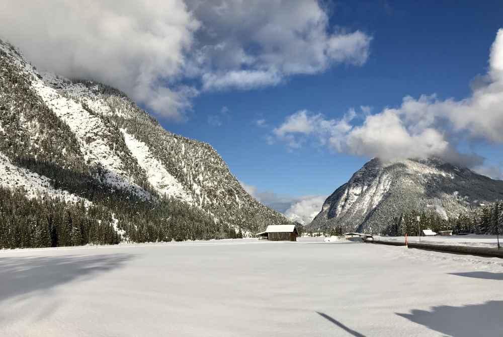 Seefeld Winter: Breites Hochtal, verschneite Landschaft: Die Leutasch zwischen Wettersteingebirge und Karwendel
