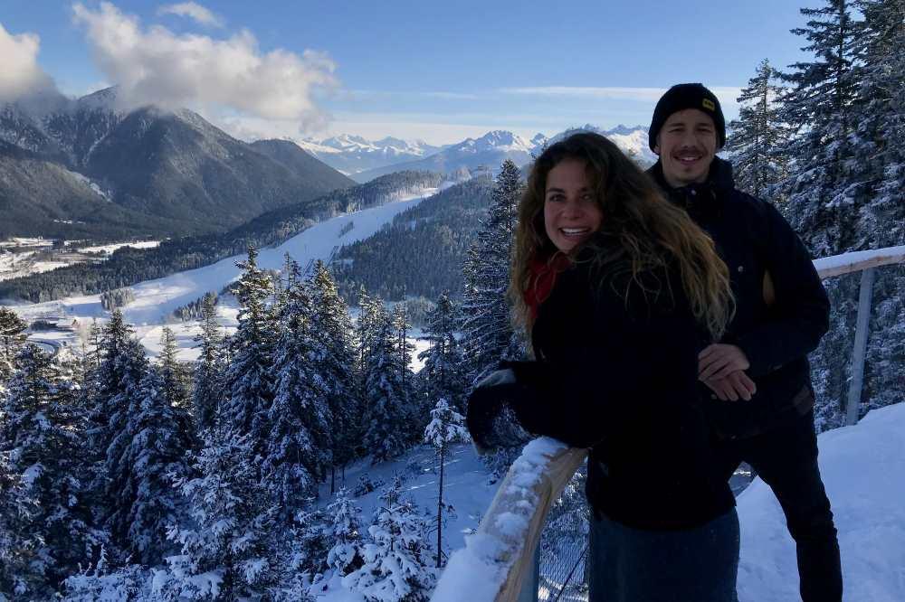 Winterwanderung Seefeld: Nadja und Daniel schauen auf der anderen Seite in Richtung Karwendelgebirge