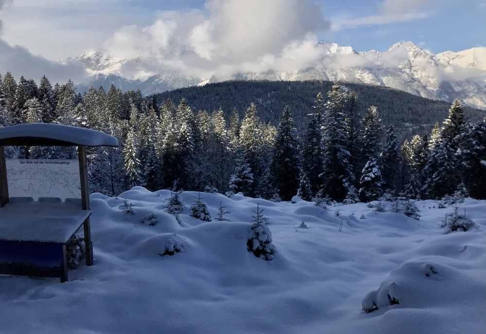 Und das ist der Ausblick beim Schneeschuhwandern in Seefeld auf dem Brunschkopf