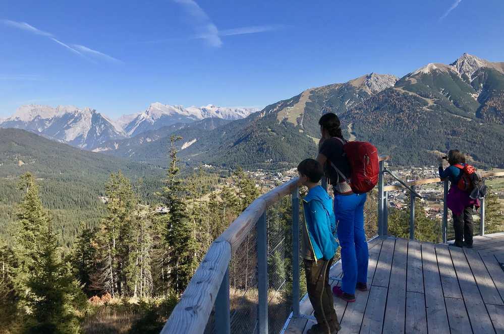 Das ist die Aussichtsplattform am Brunschkopf mit Blick zum Karwendel und Wettersteingebirge