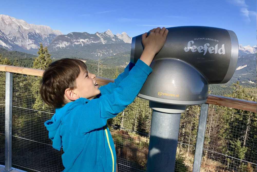 Hey, ich will auch durch das Fernrohr schauen - dort gibt es die Namen zu all den Gipfeln
