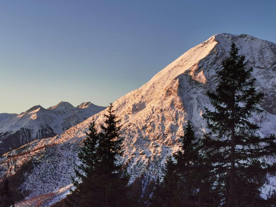 Das ist der Blick beim Sonnenaufgang auf der Wettersteinhütte