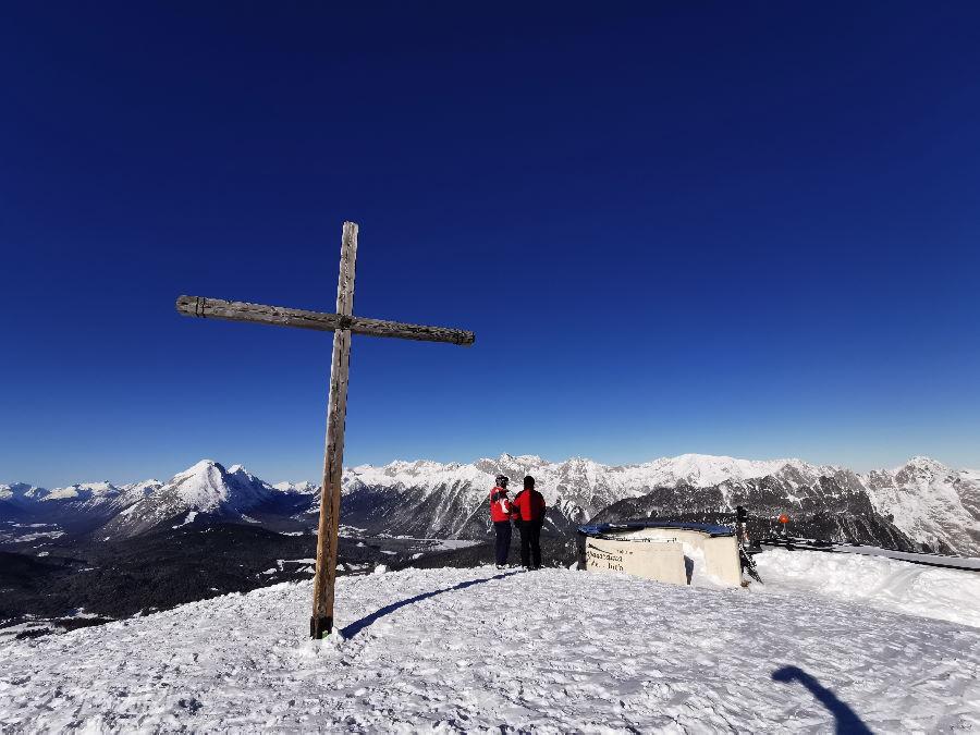 Zu diesem Gipfelkreuz kannst du auch zu Fuß ohne Ski spazieren