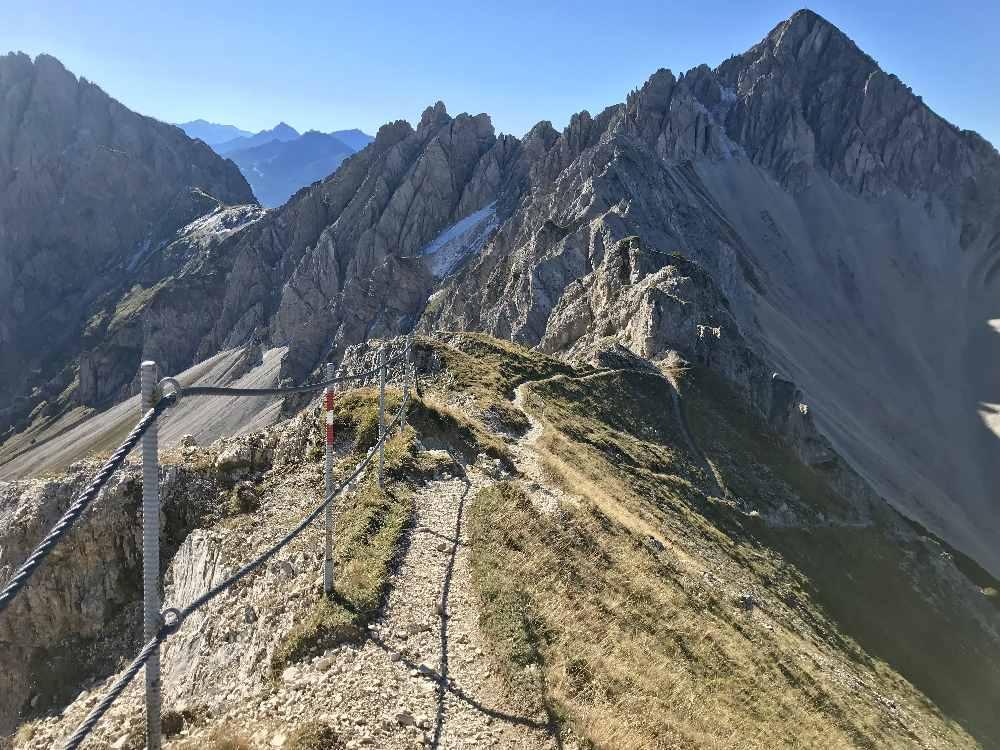 Vom Gipfel geht es mit dem fantastischen Ausblick auf dem Steig hinunter