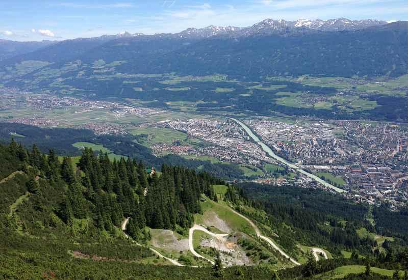 Auf die Seegrube mountainbiken in Innsbruck, das ist der Ausblick über die Stadt