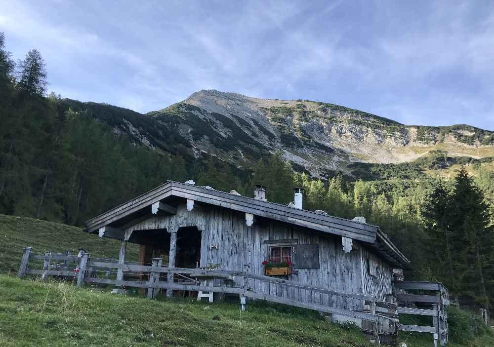 Zu den Hütten der Seekaralm wandern am Achensee