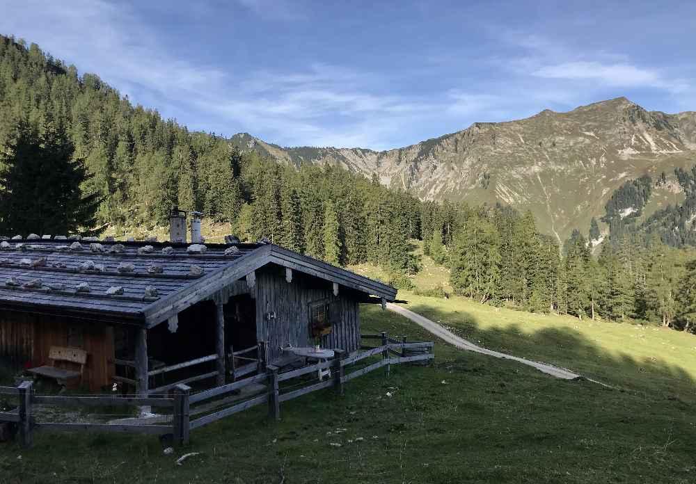 Der Blick über eine der Seekaralm - Hütten auf das Karwendel
