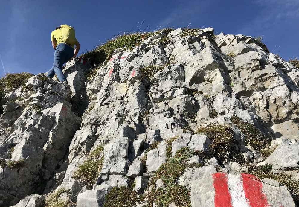 Oben beim Gipfel meistern wir die kurze Kletterpassage