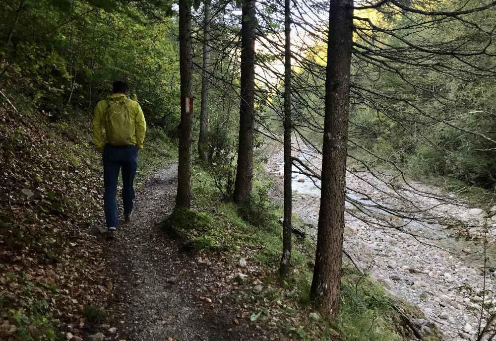 In Achenkirch wandern wir los in Richtung Seekaralm - laut Wanderbeschilderung 1,5 Stunden bis zur Alm, 3 Stunden zum Gipfel