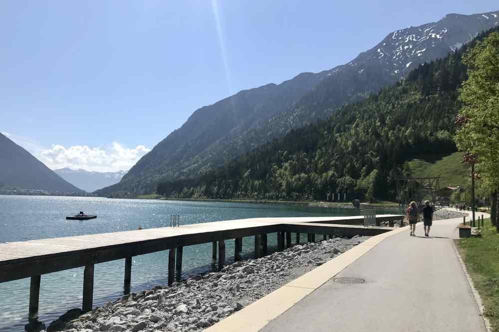 Die Seepromenade geht in Pertisau am Achensee entlang, zur Aussichtsplattform
