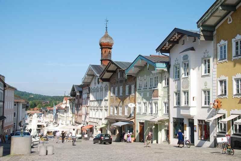 Sehenswertes Bad Tölz in Bayern - die Fußgängerzone mit dem Zwiebelturm der Kirche