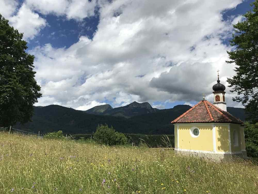 Sehenswürdigkeiten in Krün: Die Kapelle Maria Rast mit dem Blick ins Estergebirge gehört dazu
