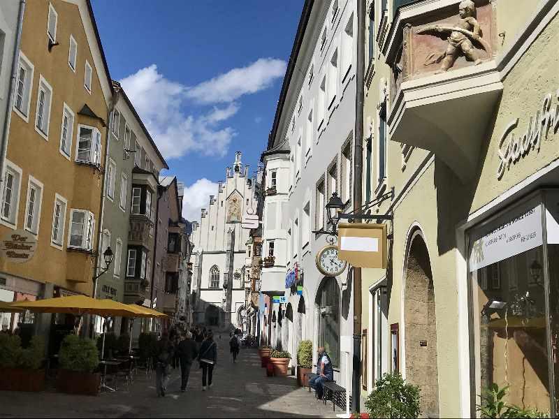 Die Prachtstraße von Schwaz - die Franz - Josef - Strasse zwischen Rathaus und der Kirche Maria Himmelfahrt