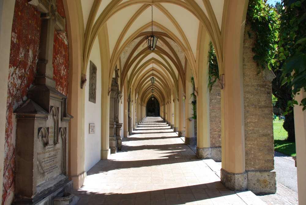 Am Ende der Fußgängerzone ist hinter der Stadtpfarrkirche Maria Himmelfahrt dieser Arkadengang im Stadtpark zu begehen.