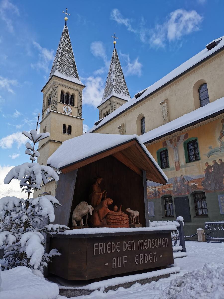 Weerberg Tirol: Die bekannte Kirche mit den beiden bunten Türmen
