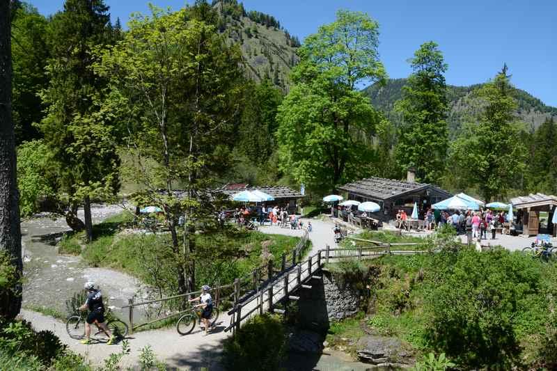 Romantisch ist die Wanderung von Wildbad Kreuth zur Siebenhütten Alm am Tegernsee auf dem Weg in die Wolfsschlucht, wo man ins Nebental zur Königsalm wandern kann