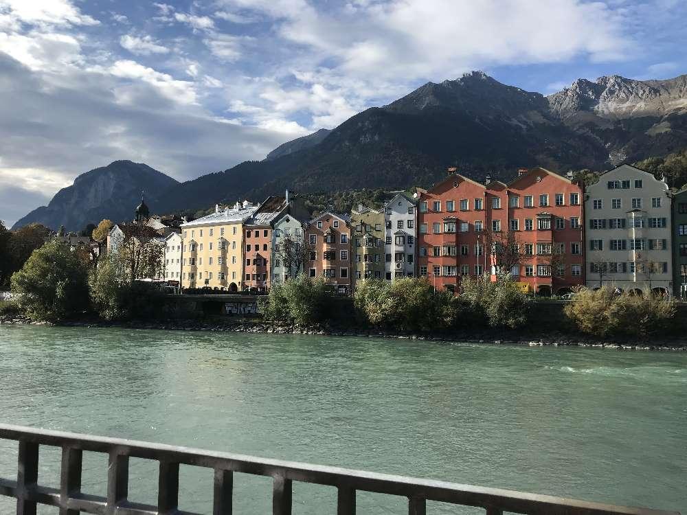 Sightseeing in Innsbruck: Der Blick auf den Stadtteil St. Nikolaus in Innsbruck mit den bunten Häuserfassaden