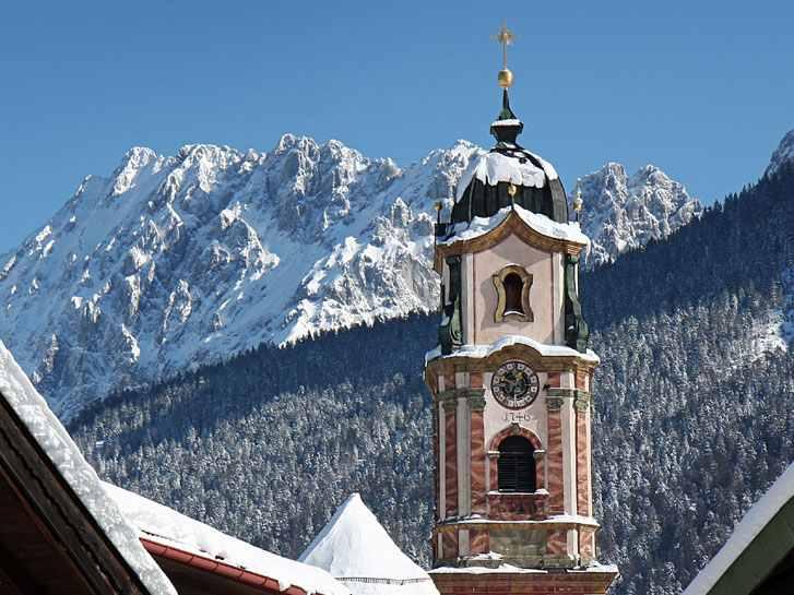 Skigebiet Mittenwald - verschneiter Ort in Bayern mit Skigebiet im Karwendel und Wetterstein, Bild: Alpenwelt Karwendel