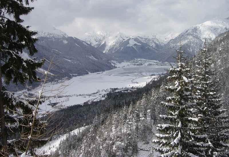 Skigebiet Achensee? Der Blick von der Rofanseilbahn auf den verschneiten See mit dem Karwendel