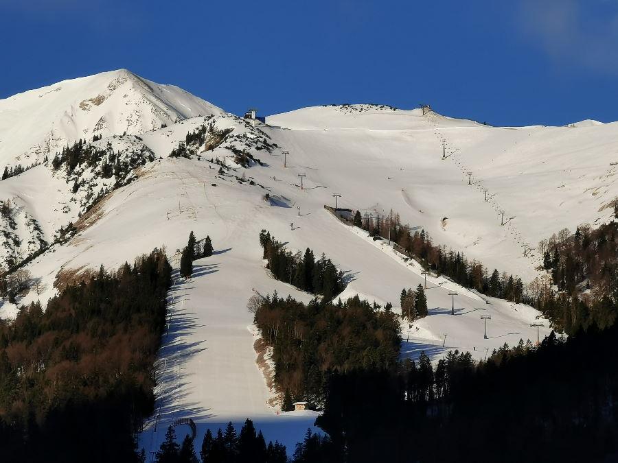 Der Blick auf das Skigebiet Christlum im Karwendel