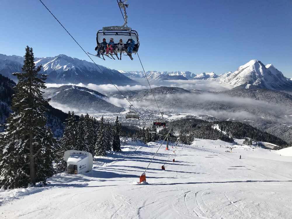 Moderne Skilifte und ein tolles Bergpanorama beim Skifahren im Karwendel - das findest du im Skigebiet Rosshütte