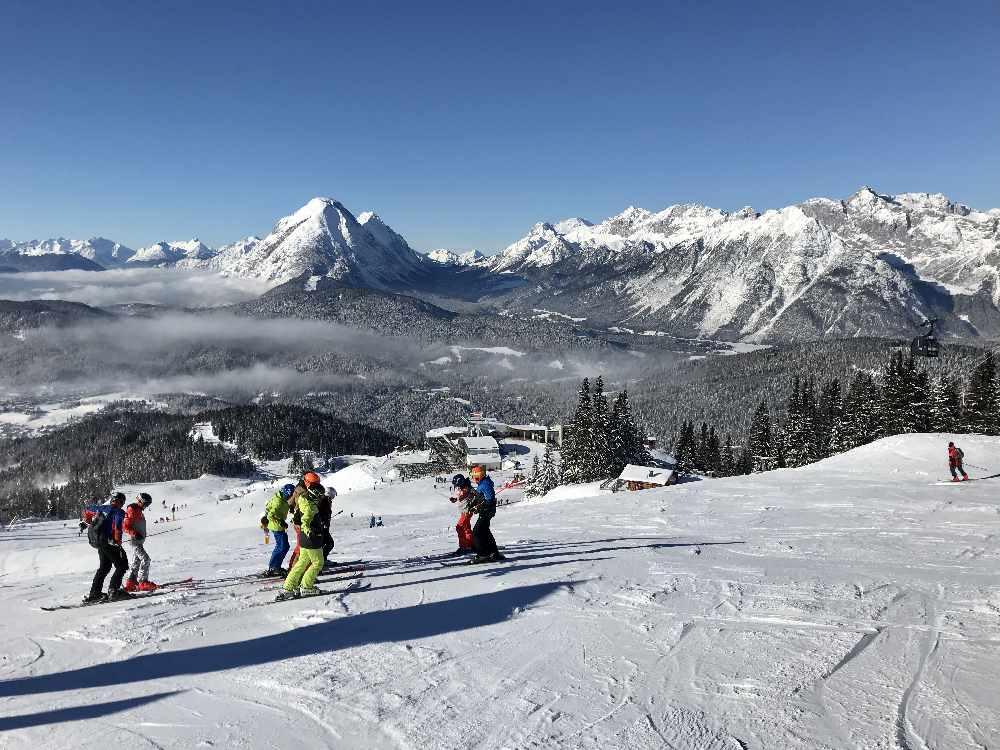 Das Panorama im Skigebiet Rosshütte in Seefeld - mit der Zugspitze im Wettersteingebirge