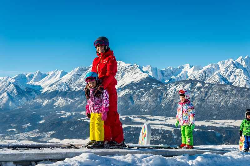 Für die Kleinsten beginnt der Skikurs für Kinder auf dem Förderband - mit diesem traumhaften Panorama auf das Karwendel, da nehmen auch Eltern gerne ein paar Stunden Skikurs dazu...
