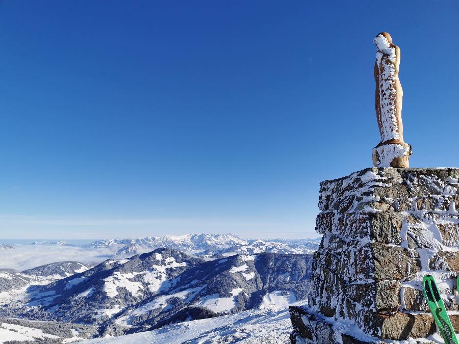 Skitour Joelspitze: Viel Panorama auf dem Gipfel - hier der Blick zum Kaisergebirge