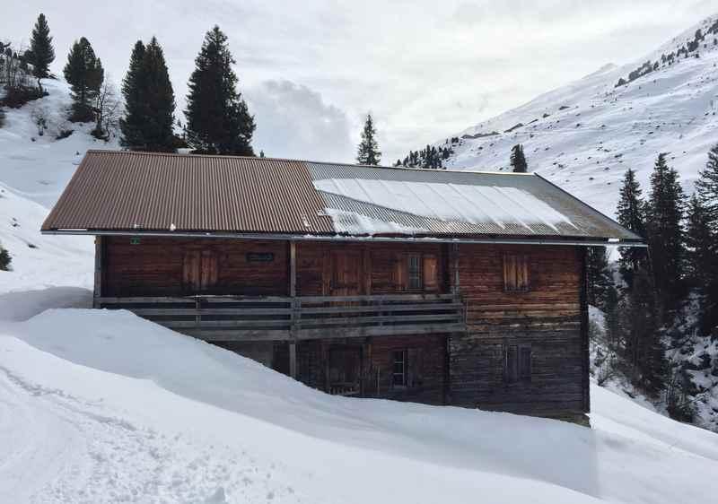 Bei der Skitour auf die Rosslaufspitze in den Tuxer Alpen komme ich an der Stallenalm vorbei