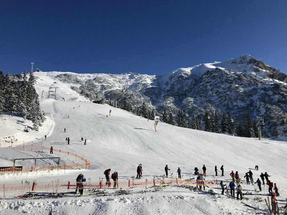 Von der Rosshütte geht die Skitour links entlang der Piste nach oben und dann im freien Gelände