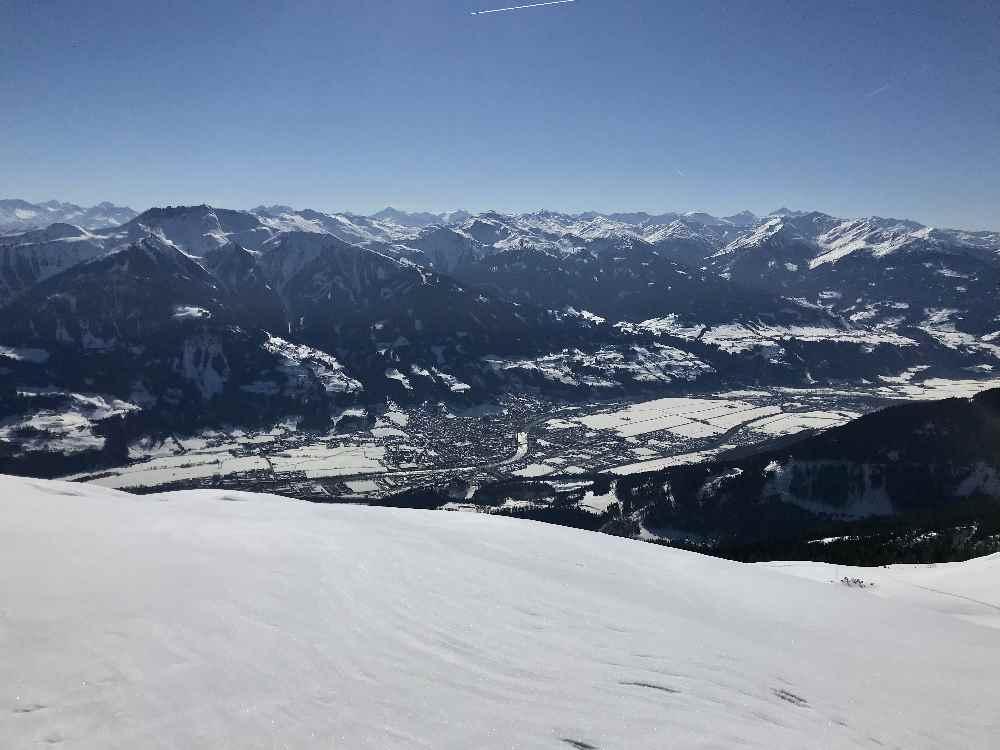 Vom Stanser Joch hast du die Tuxer Alpen und die Zillertaler Alpen samt Inntal und Schwaz im Blick