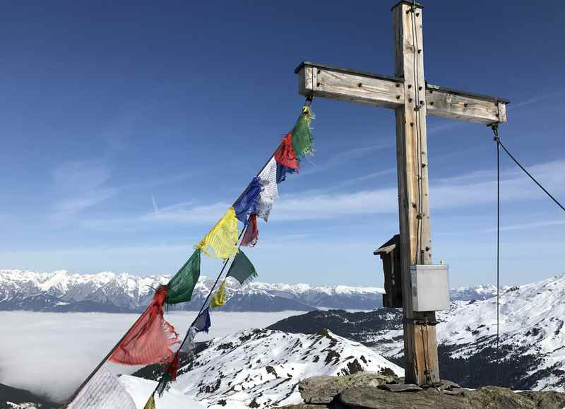 Oben haben wir diesen Ausblick am Gipfelkreuz zum Karwendel. Im Inntal ist noch der Nebel.
