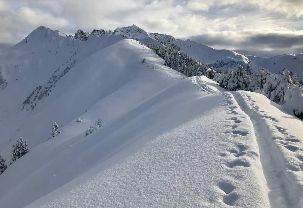 Die schneebedeckten Gipfel sind im Winter beliebt für Skitouren