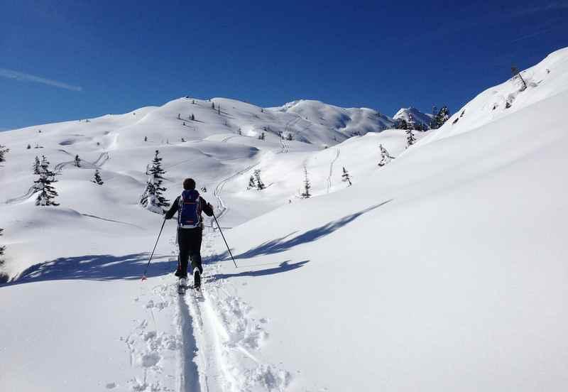 Schöne Skitouren im Karwendelgebiet: Hier in den Tuxer Alpen - breite Tiefschneehänge für die Abfahrt mit Blick auf´s Karwendel