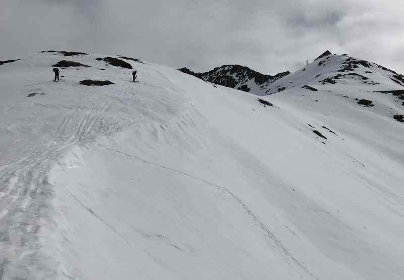 Frühlingsskitour Kellerjoch: Zwei Skitourengeher auf dem Weg zur Kellerjochhütte