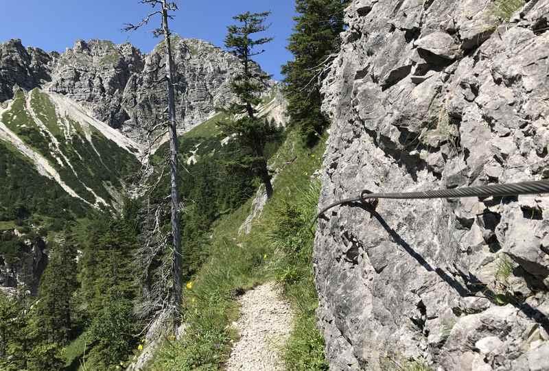 An den schmalen Stellen gibt es rechts ein Drahtseil zum Festhalten