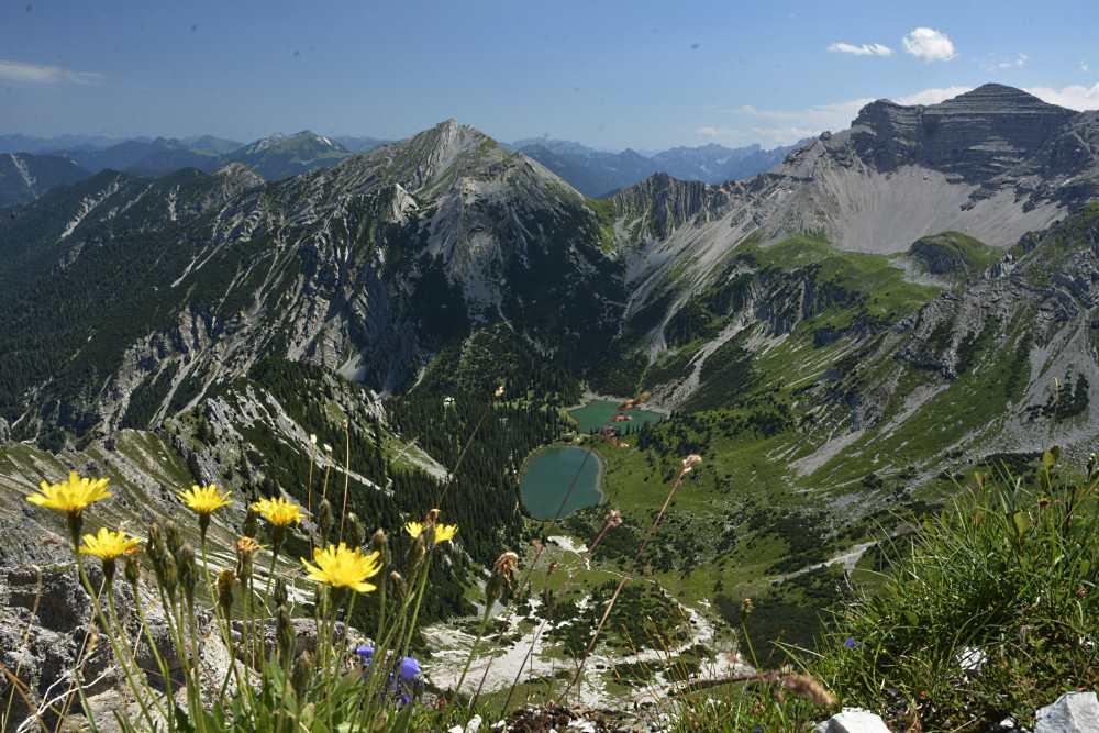 Der Blick von der Schöttelkarspitze auf die Soiernseen im Karwendel