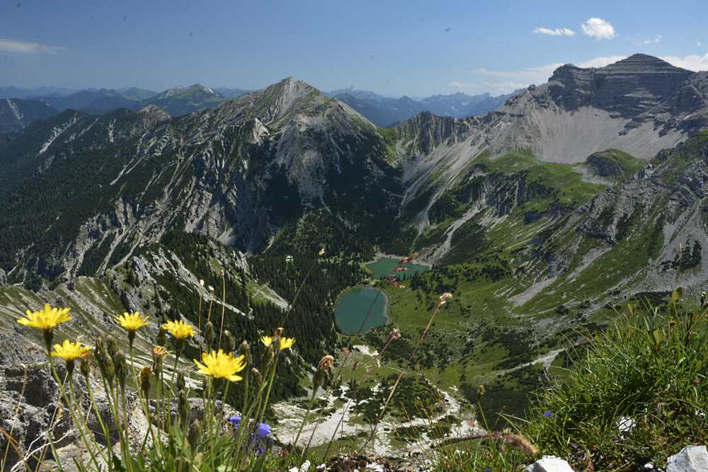 Der Ausblick von der Schöttelkarspitze auf die Soiernsee und das Karwendel